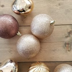 decorating with ornaments FI