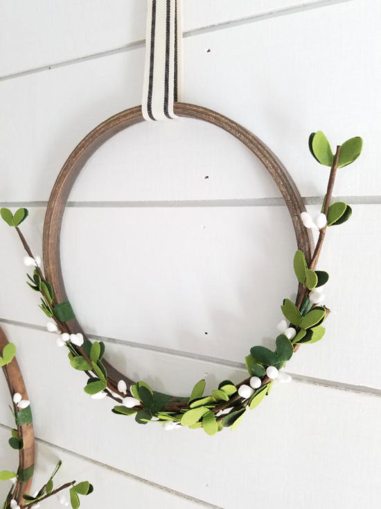 Christmas Wreath Ideas - simple DIY Christmas wreath from an embroidery hoop