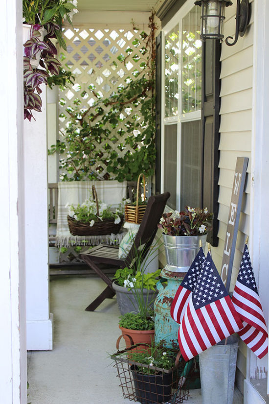 small-porch-decorating-ideas-for-summer,-red-white-and-blue-outdoor-decorating