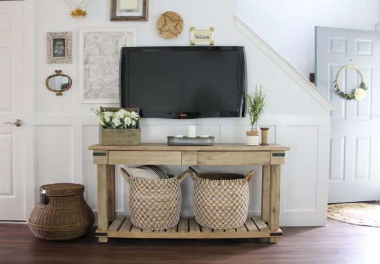 living-room-ideas,-Decorating-around-TV,-small-entry