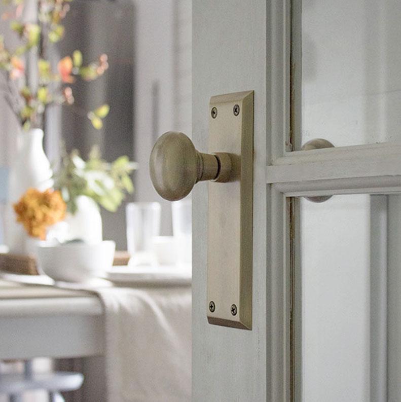 how to change a doorknob