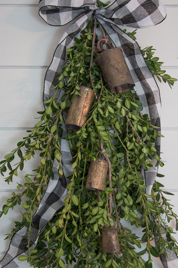 DIY-Christmas-Door-Decorations,-boxwood-swag