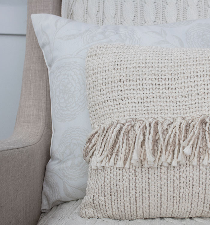 Using the right pillow inserts for throw pillows, decorative pillow covers in living room.