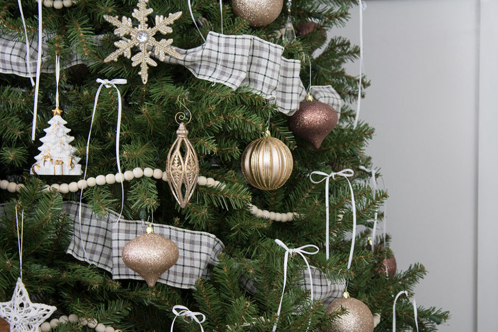 Christmas tree decorating ideas with ribbon.