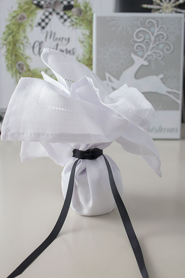 creative gift wrapping ideas for Christmas, this one looks elegant
