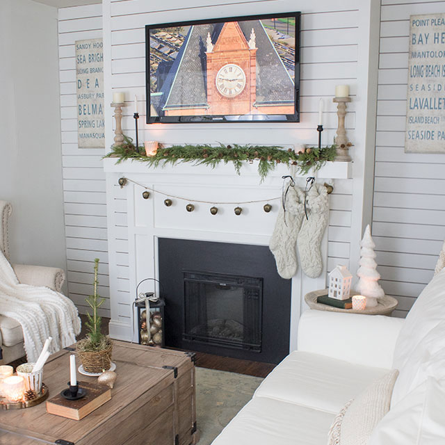 7 Christmas decorating ideas in 7 minutes - learn last minute decorating ideas from this pretty living room