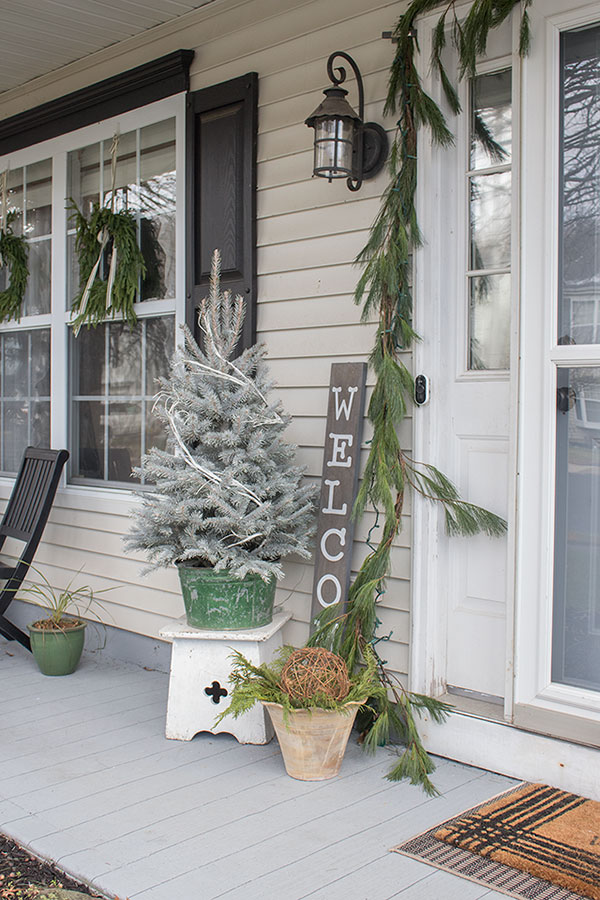 Simple yet beautiful small front porch Christmas decorations, these ideas are budget friendly as well!