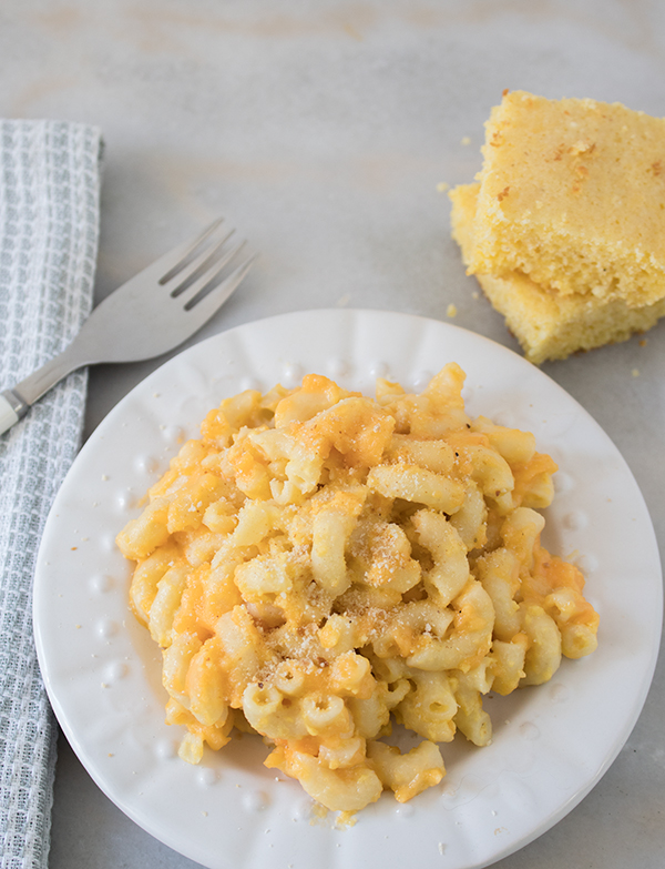slow cooker macaroni and cheese that feeds a crowd
