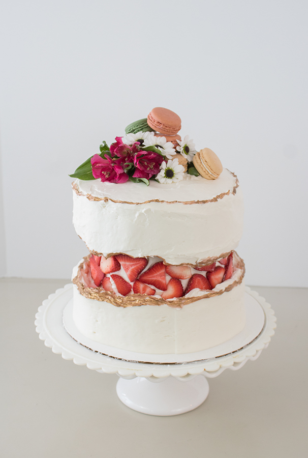 Beautiful cake decorating ideas, fault line cake with strawberries and macaroons