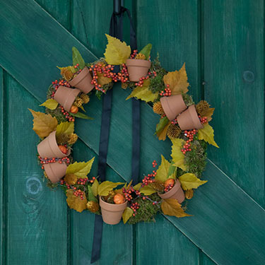 DIY Autumn Wreath With Terracotta Pots
